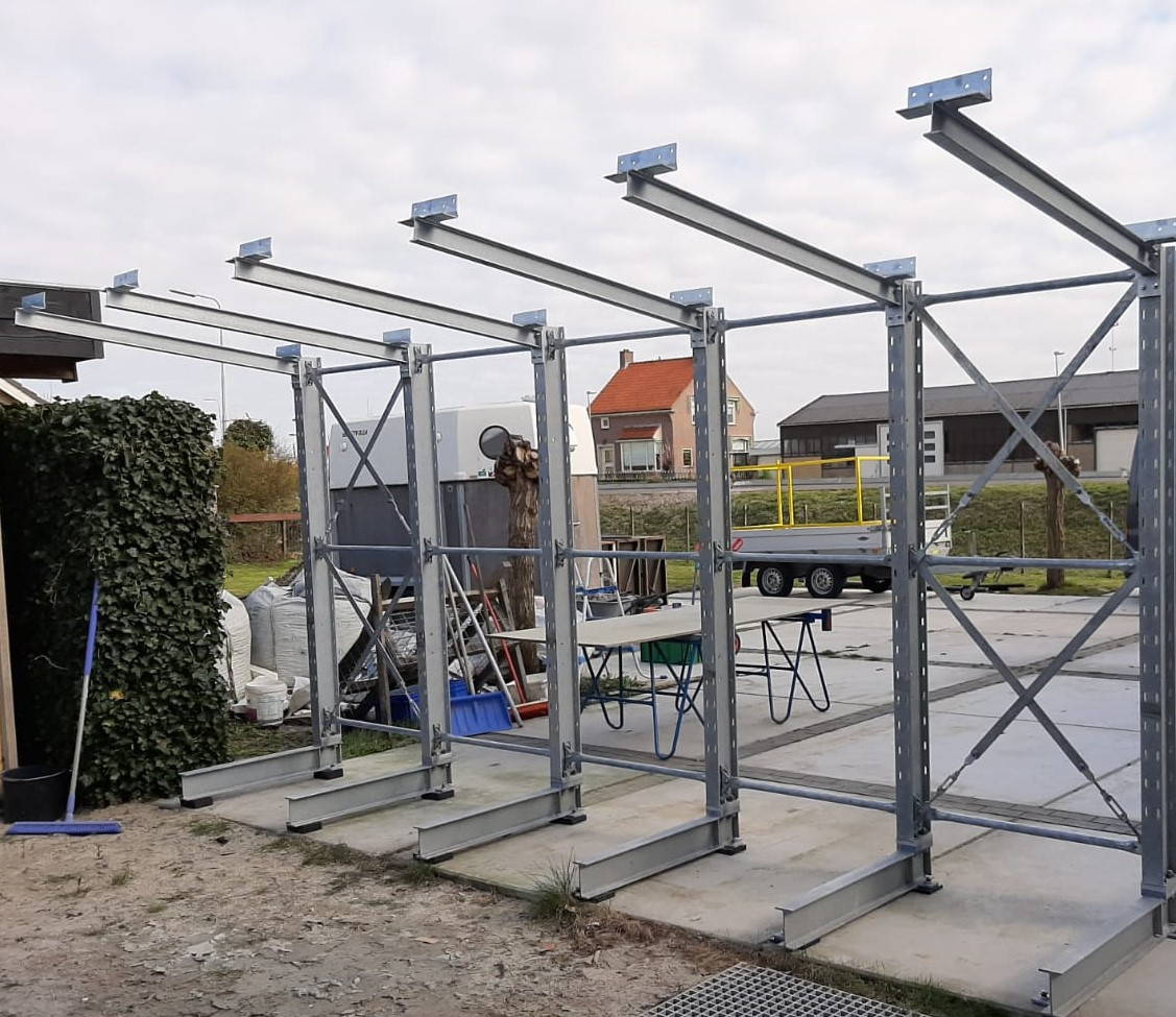 Buiten 12. Verzinkte draagarmstelling buiten met dakarmen direct uit voorraad leverbaar.
