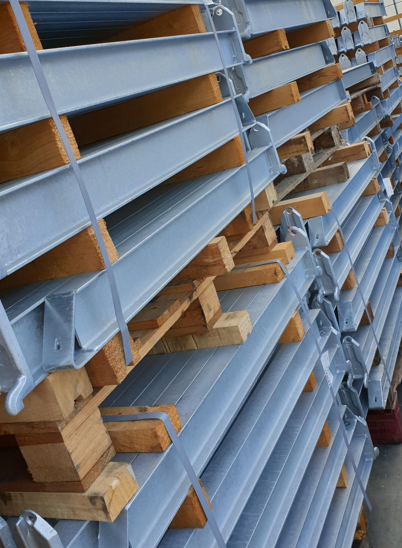 Toepassingen 2. Verzinkte OHRA draagarmstellingen met dakarmen voor buiten