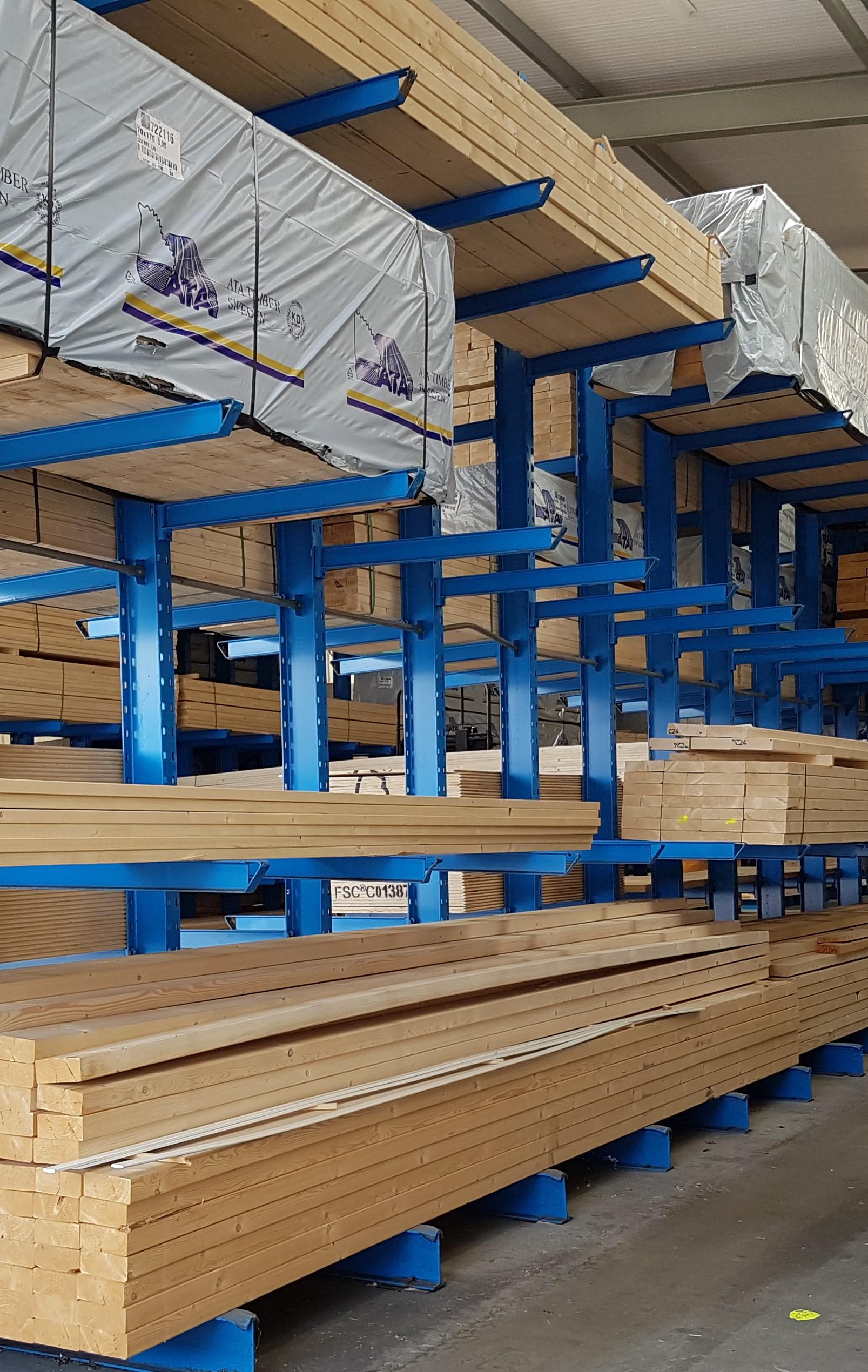 Opslag bouwmatr. 4. Draagarmstelling voor de opslag van pakketten hout