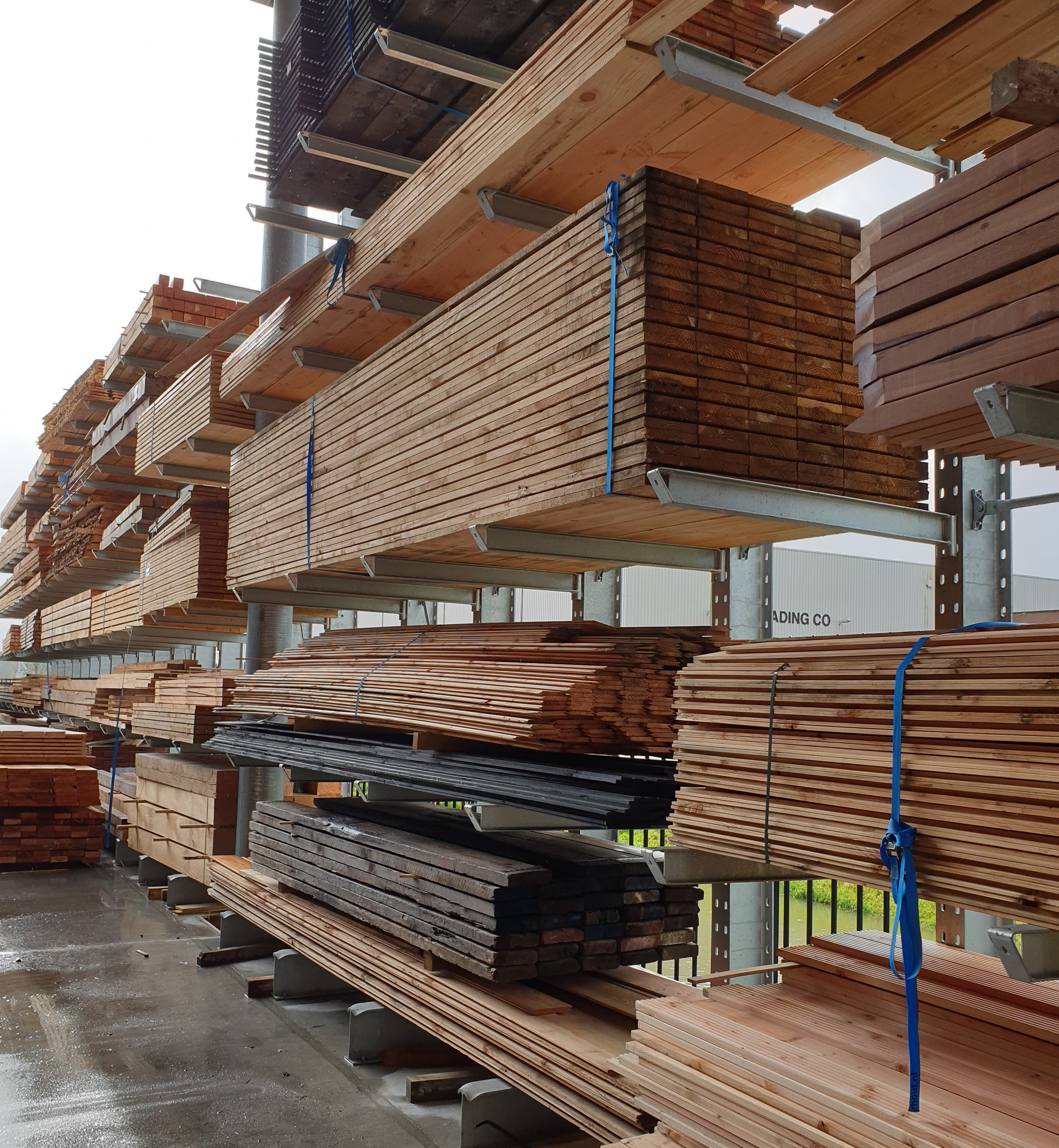 Opslag bouwmatr. 5. Draagarmstelling voor buiten voor de opslag van hout