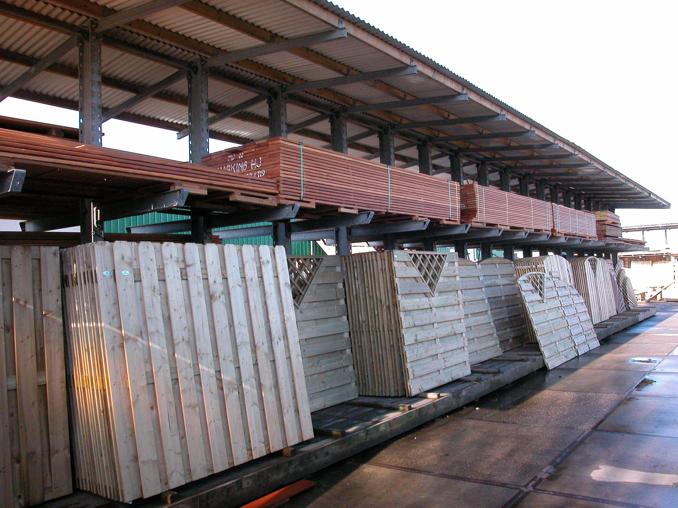 Opslag bouwmatr. 6 Draagarmstelling met dak voor opslag van hout