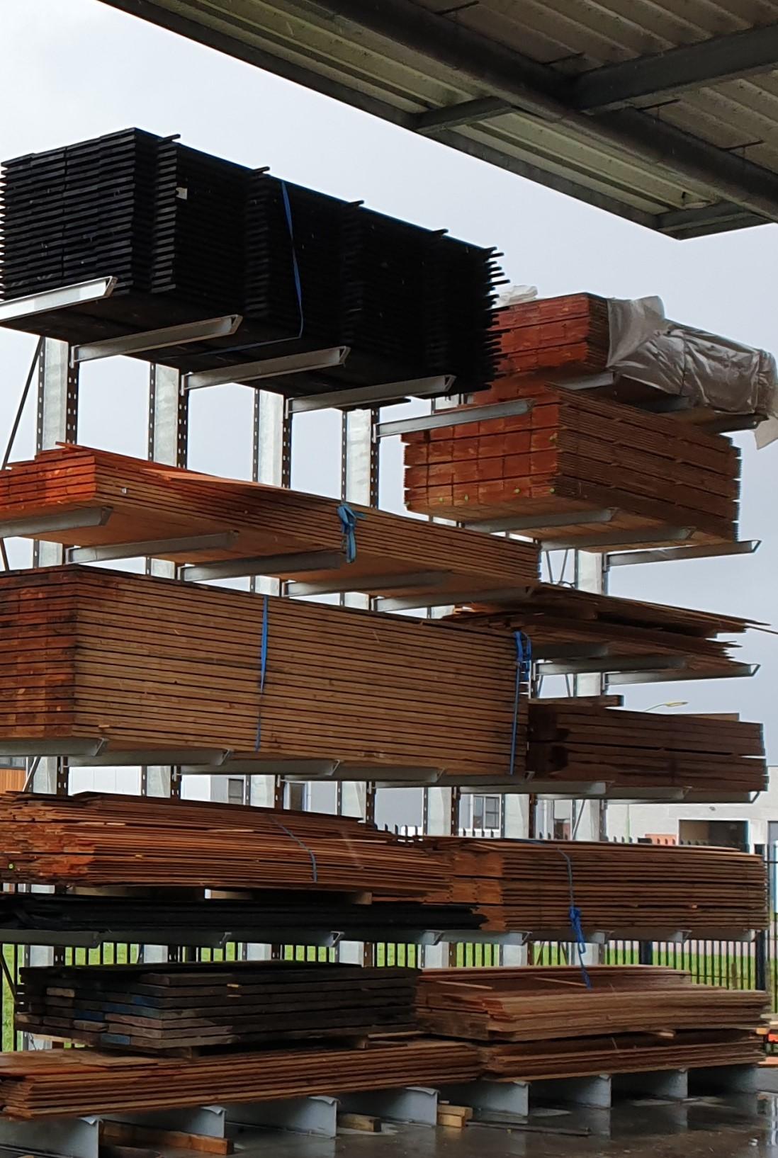 Opslag bouwmatr. 7. Draagarmstellingen voor buiten voor opslag van bouwmateriaal