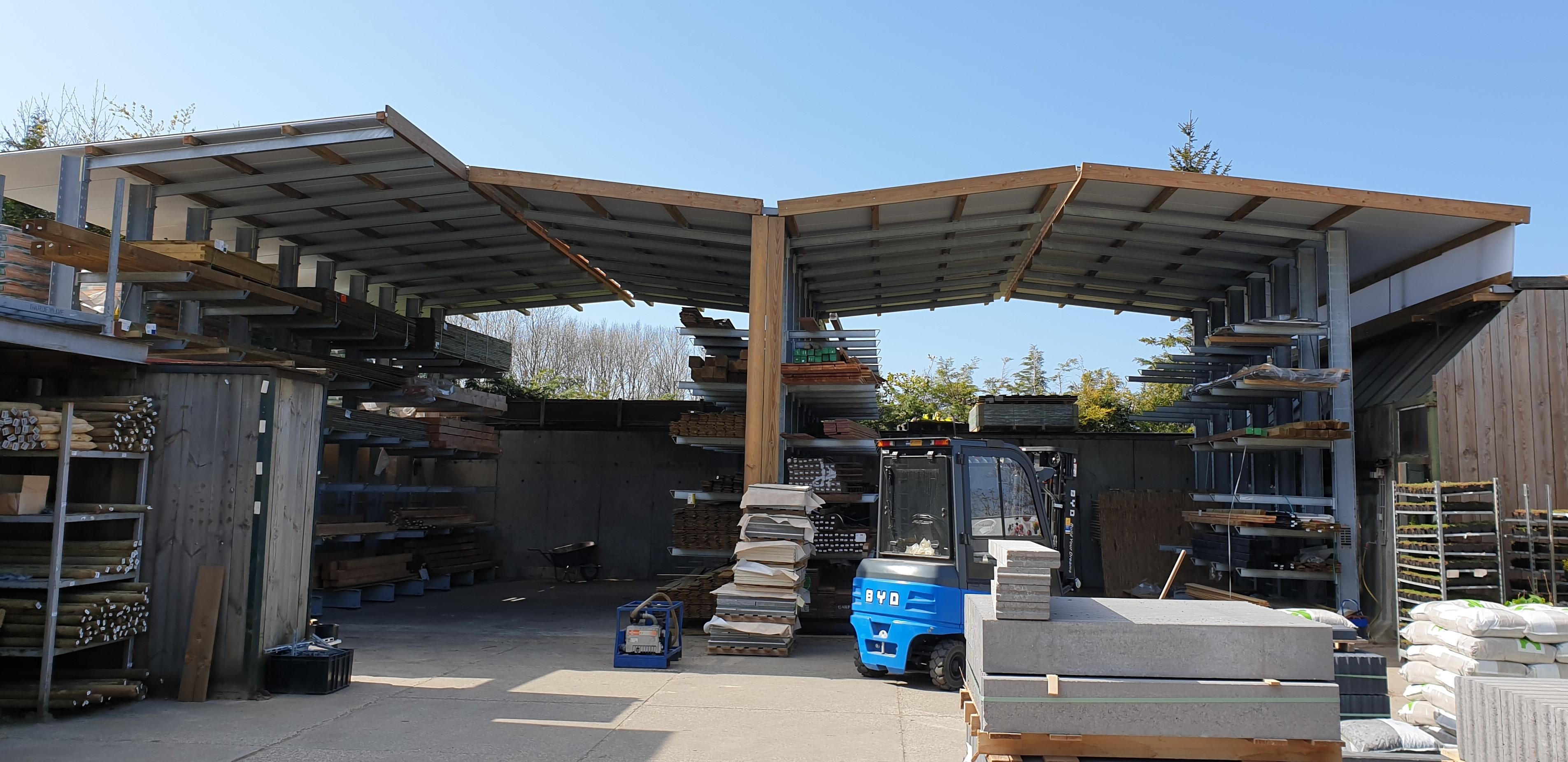 Buitenopslag in een draagarmstelling met dak uit voorraad leverbaar